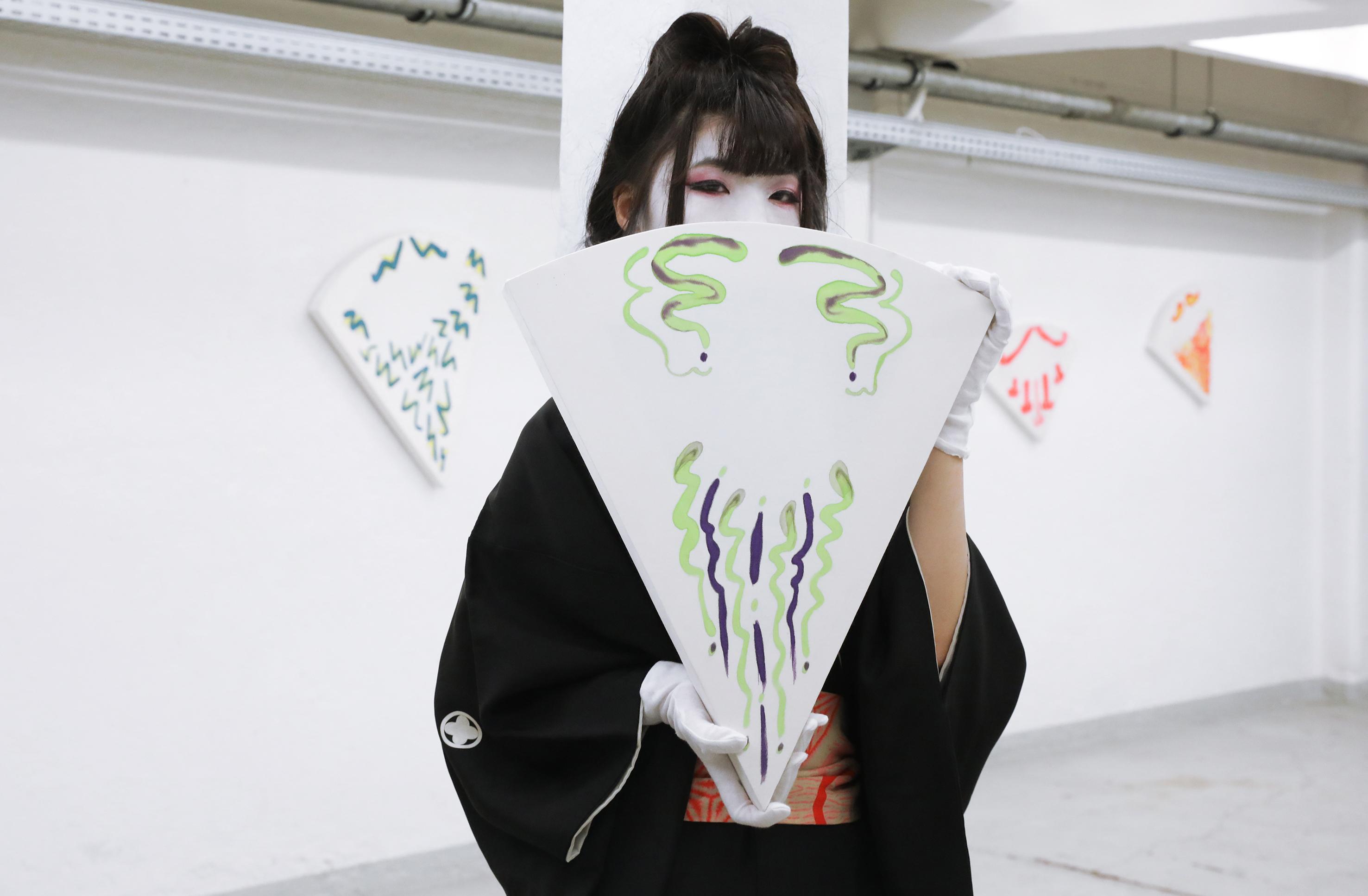 Sensu Hinge, 2017 Performance Performer: Liu Jun Mei Photo: Sara Scanderebech